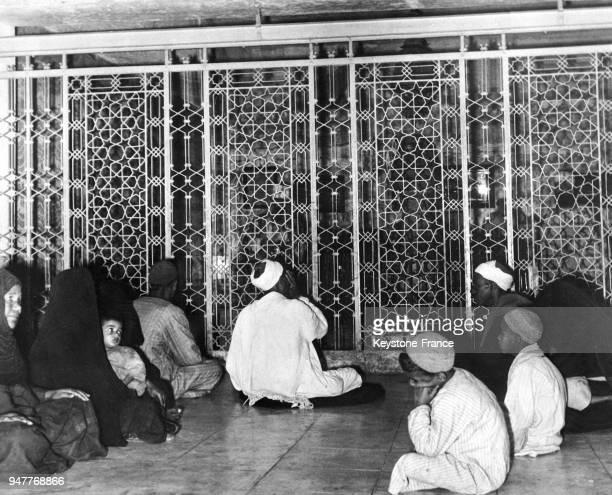 Des fidèles accompagnés d'un cheikh aveugle sont venus s'installer face au tombeau de Sayed el Megawri pour entendre les versets du Coran