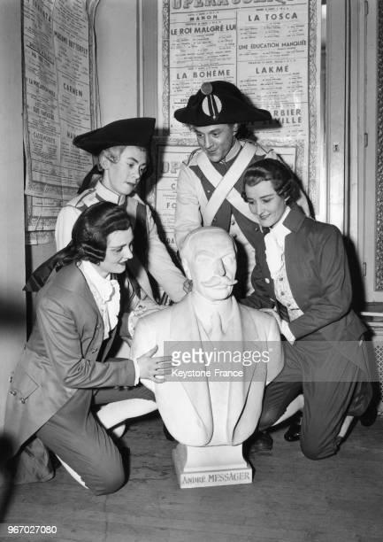 Des figurants du spectacle Fortunio essaient sans succès de soulever le nouveau buste de 200 kilos représentant le compositeur André Messager qui...