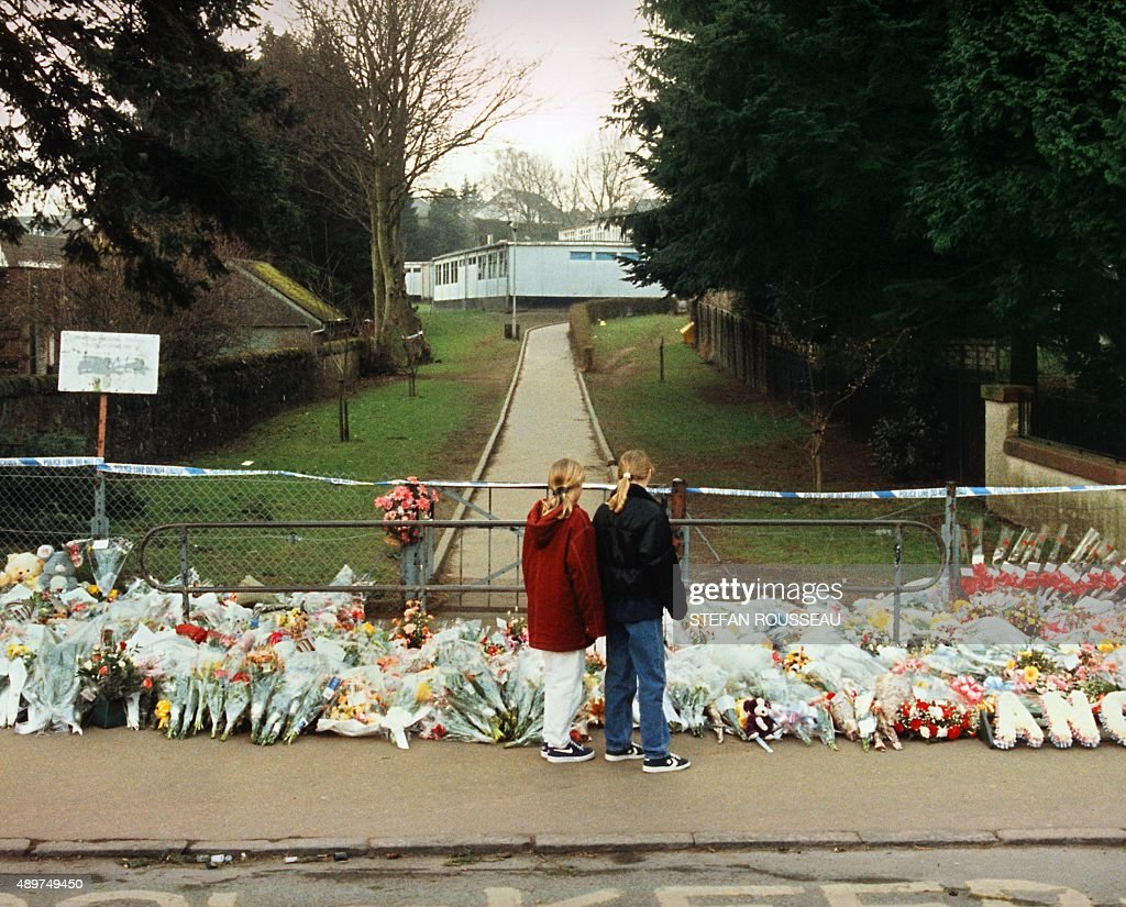 Des fleurs sont d?pos?es le 14 mars 1996 devant l'entr?e de l'?cole primaire de Dunblane o? seize enfants et leur institutrice ont ?t? tu?s par un tireur fou qui s'est ensuite suicid?. Flowers are laid at the gates of Dunblane Primary school where 16 children and their teacher were shot dead by gunman Thomas Hamilton who then killed himself 13 March 1996.