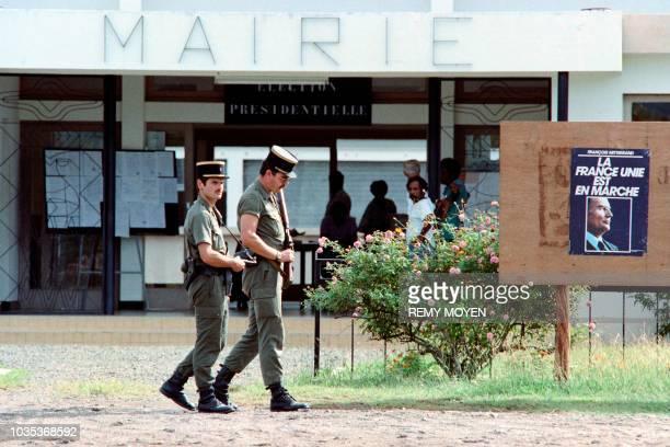 Des gendarmes patrouillent devant la mairie de Poya le 08 mai 1988 pendant le second tour de l'élection présidentielle française quelques jours après...