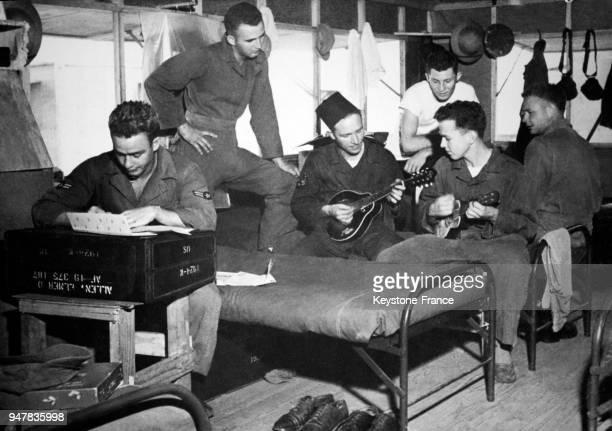 Des GIs se détendent dans leur chambre au camp militaire francoaméricain de SidiSlimane Maroc