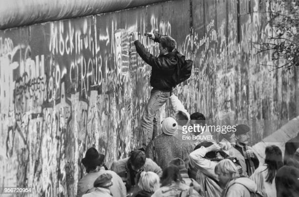 Des habitants de BerlinEst commencent à casser le Mur de Berlin en novembre 1989 Allemagne