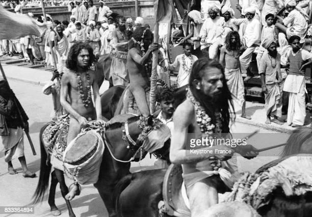 Des Hindous défilent à dos d'âne pour les festivités à Haridwar Inde en 1957