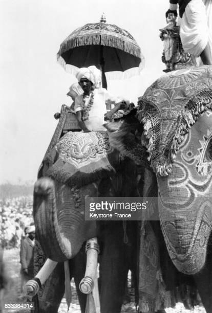 Des Hindous à dos d'éléphant arrivent pour les festivités à Haridwar Inde en 1957