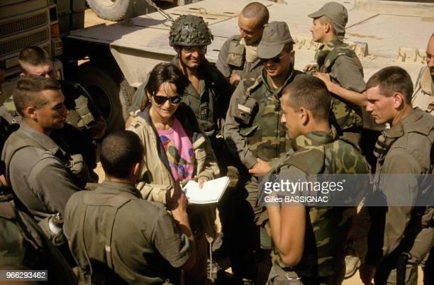 Des hommes du 6e RCS - Regiment de commandement et de soutien - avec la journaliste Marie-Claude Dubin le 21 fevrier 1991 en Arabie Saoudite.