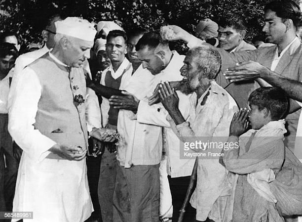 Des hommes et enfants offrent au Premier ministre de l'Inde Jawaharlal Nehru des présents et des vœux d'anniversaire les mains jointes à New Delhi en...