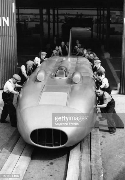 Des hommes mettent sur les rails la dernière voiture 'Thunderbolt' de George Eyston à Chiswick Londres RoyaumeUni le 18 juin 1938