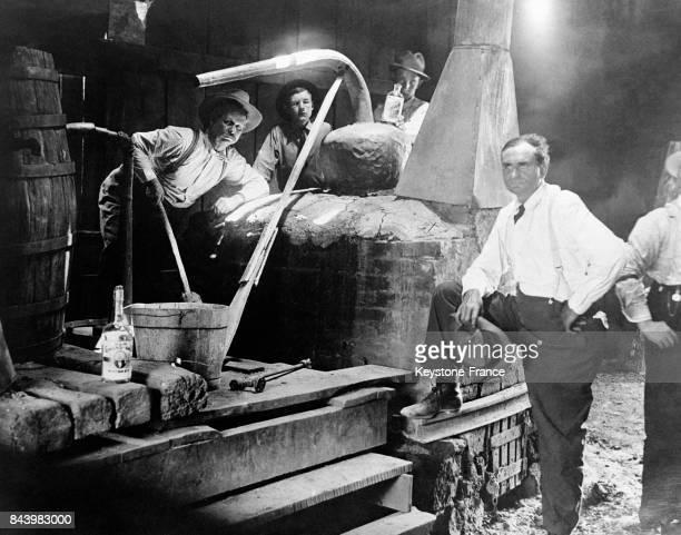 Des hommes près d'un alambic servant à distiller clandestinement l'alcool durant la Prohibition circa 1930 aux EtatsUnis