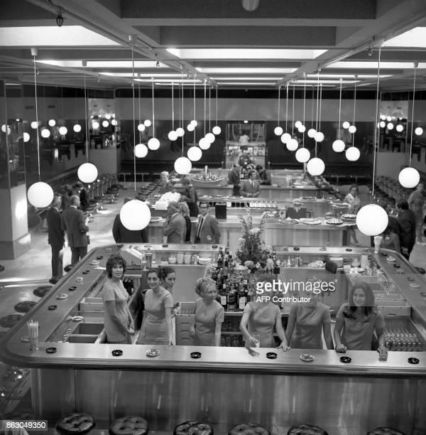 Des hôtesses attendent l'arrivée des convives le 23 octobre 1969 lors de l'inauguration de Cap 3000 le plus grand centre commercial de France qui...