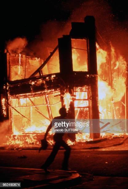 Des immeubles sont incendiées lors des émeutes contestataires à Brixton en avril 1981 à Londres RoyaumeUni