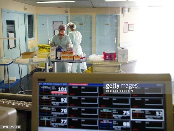 des infirmières travaillent dans la zone de protégée du service de réanimation le 27 mars 2003 à l'hôpital de Tourcoing où est hospitalisé un médecin...