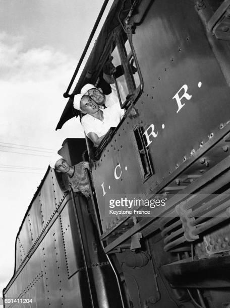 Des jeunes cheminots apprenant à conduire une locomotive à vapeur, le 25 juin 1944, à Carbondale, Illinois, Etats-Unis.