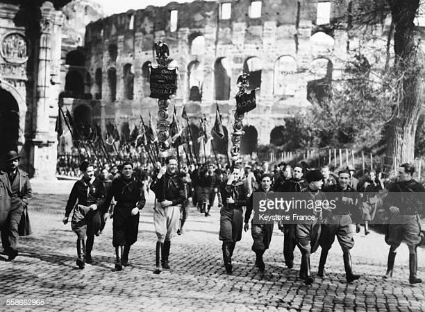 Des jeunes fascistes armés des 'Fascis' quittent le Colisée après la réunion qui s'est tenue à l'occasion du 12e anniversaire de l'institution du...