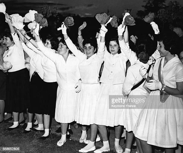 Des jeunes filles palestiniennes acclame le President Nasser devant le Palais circa 1950 a Alep Syrie
