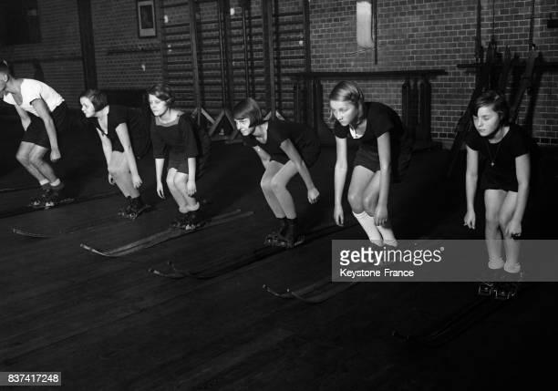 Des jeunes filles prennent un cours de ski en intérieur circa 1930 à Berlin Allemagne