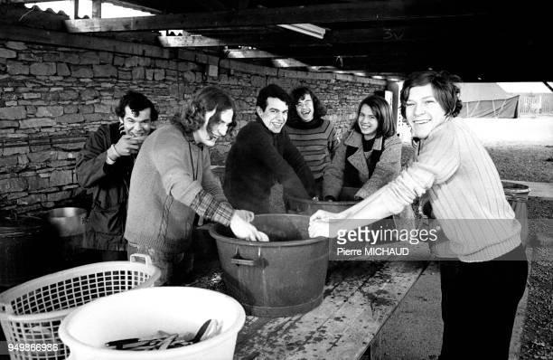 Des jeunes font la vaisselle dans la communauté de TAIZE en SaôneetLoire vers 1980 Des jeunes font la vaisselle dans la communauté de TAIZE en...