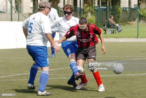 'LES NONVOYANTS JOUENT AUSSI AU FOOTBALL ET SE DISPUTENT LEUR COUPE DE FRANCE' Des joueurs de l'ASC SaintMandé jouent avec un joueur de l'équipe...