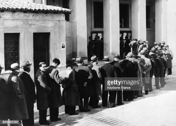 Des électeurs font la queue devant un bureau de vote à Athènes Grèce le 29 janvier 1936