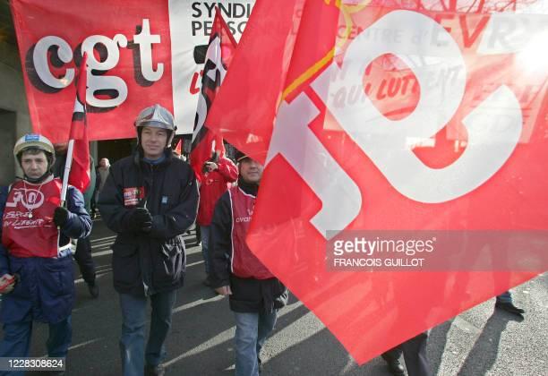 Des électriciens et gaziers d'Ile-de-France défilent, le 19 janvier 2005 à Paris, lors d'une manifestation FO et CGT dans le cadre de l'appel à la...