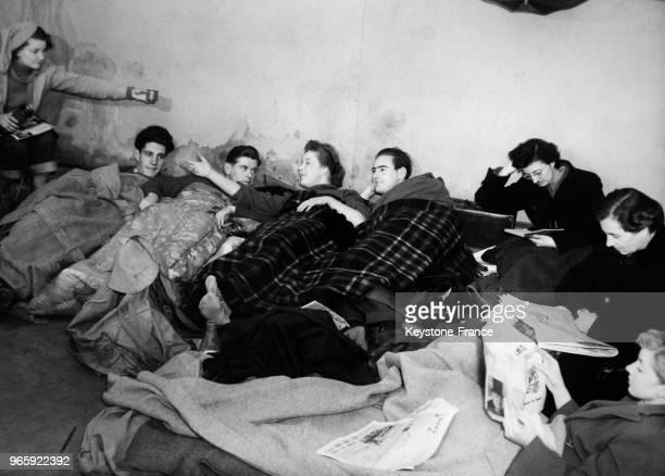 Des Londoniens dormant dans la rue pour attendre l'ouverture des guichets de vente des billets du concert de Toscanini à Londres RoyaumeUni le 29...