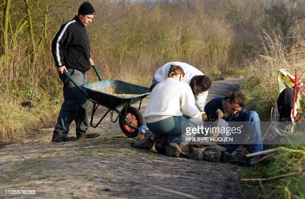 Des élèves du lycée horticole de Raismes rénovent le 20 novembre 2002 à Walllers le secteur pavé emprunté par course mythique du ParisRoubaix dans le...