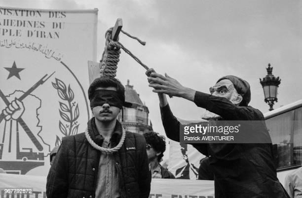Des manifestants antiKhomeiny simulent des pendaisons pour protester contre le régime iranien à Paris le 19 juin 1982 France