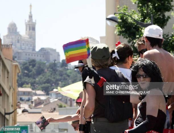 Des manifestants défilent dans une rue de Marseille le 23 juin 2007 lors de la Marche des fiertés lesbiennes gay bi et trans aussi appelée Gay Pride...