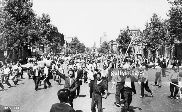 Des manifestants monarchistes qui viennent d'incendier un journal gouvernemental défilent sur l'Avenue Chah Abbas en plein centre de Téhéran le 26...