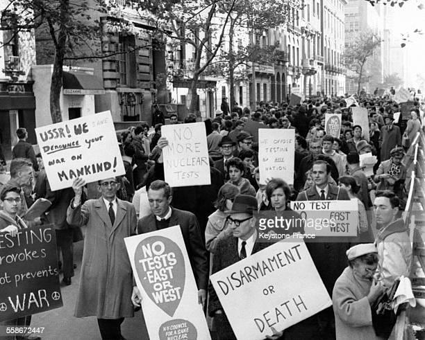 Des manifestants protestent contre la course à l'armement nucléaire entre l'Est et l'Ouest devant l'Ambassade de l'URSS, circa 1960 à New York City...