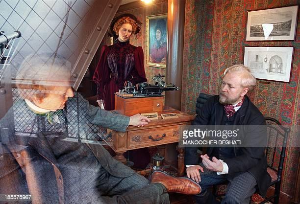 des mannequins représentant l'Américain Thomas Edison et Gustave Eiffel sont visibles dans le bureau de ce dernier le 07 novembre 2000 à Paris au...