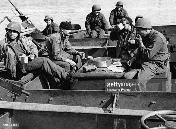 Des marins portant l'uniforme de l'US Navy mangeant sur un bateau l'armée américaine utilise des marins pour conduire les bateaux qui transportent...