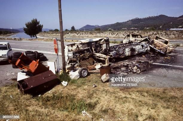 Des membres de la communauté Harkis du Logis d'Anne Jouques bloquent le N96 près d'AixEnProvence en juin 1991 France