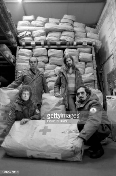 Des membres de la CroixRouge ouestallemande entrain de charger des vivres pour la Pologne le 8 janvier 1982 à Hambourg Allemagne