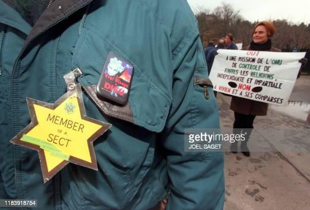 des membres de la secte des Raeliens manifestent le 10 décembre près du Trocadéro à Paris alors que l'Assemblée nationale adoptait à l'unanimité et...