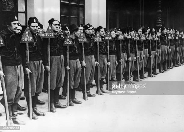 Des membres de l'avantgarde fasciste attendent avant d'être passés en revue par le Duce à Rome Italie en 1934