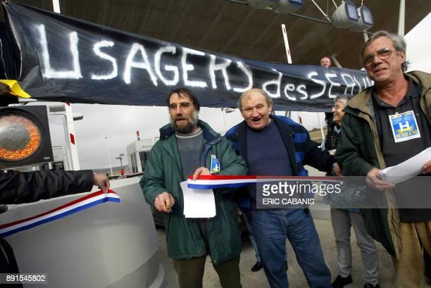 des membres du comité de défense des usagers du service public parodient l'inauguration du viaduc de Millau lors d'une opération 'péage gratuit' le...