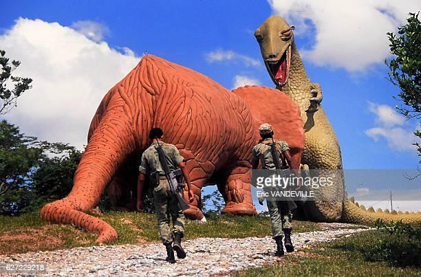 Des militaires colombiens occupent l'Hacienda Napoles somptueux domaine appartenant au trafiquant de drogue Pablo Escobar une dizaine de gigantesques...