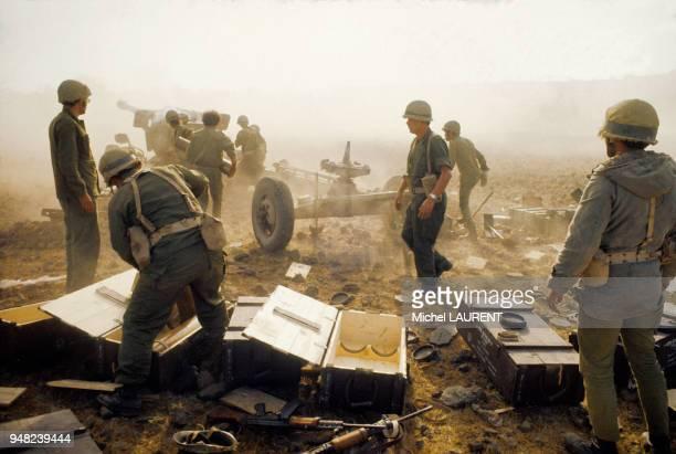 Des militaires ouvrent des caisses de munitions près d'une batterie d'artillerie sur le front de la Guerre du Kippour en octobre 1973