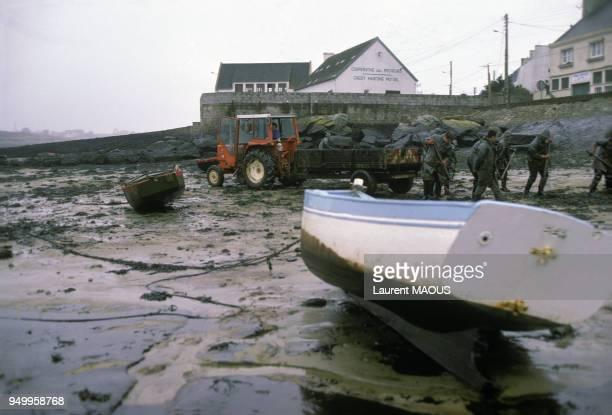 Des militaires procèdent au nettoyage des plages souillées par le pétrole après le naufrage du pétrolier Amoco Cadiz en mars 1978 à Portsall France