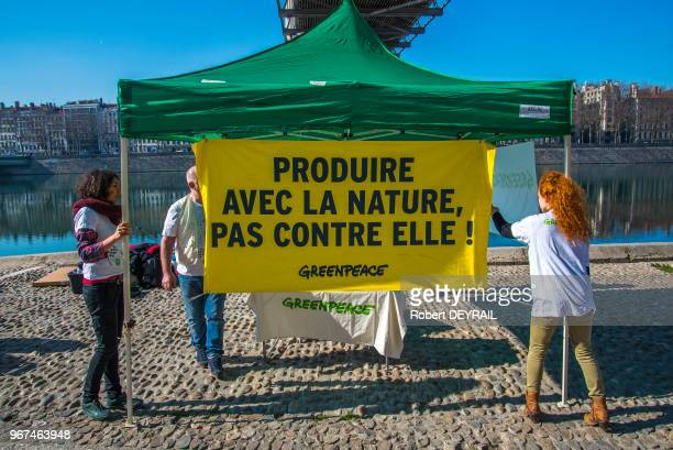 Des militants de GREENPEACE déploye une banderole devant un stand 'Produire avec la nature pas contre elle' le 18 Février 2017 Lyon France