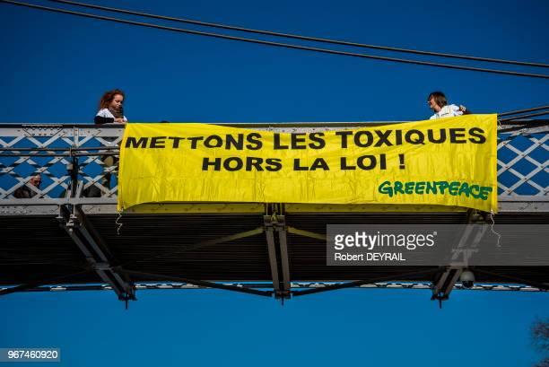 Des militants de GREENPEACE déploye une banderole 'mettons les toxiques hors la loi' le 18 Février 2017 Lyon France