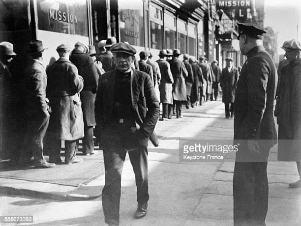 Des milliers de chômeurs attendent l'heure du repas gratuit à la Sainte Mission à New York City EtatsUnis en 1931