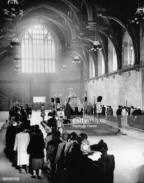 Des milliers de personnes font la queue à l'Abbaye de Westminster où le cercueil du défunt roi George VI est exposé afin de lui rendre un dernier...