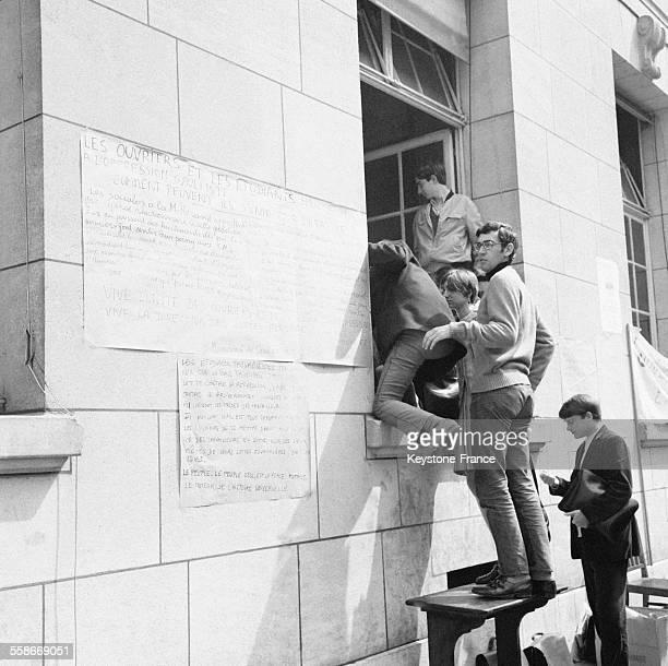 Des milliers d'étudiants occupent la Sorbonne à Paris France le 14 mai 1968