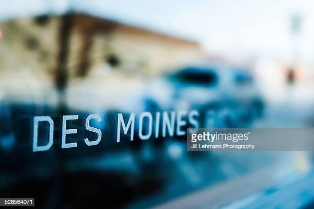 des moines, iowa sign - des moines iowa stock pictures, royalty-free photos & images