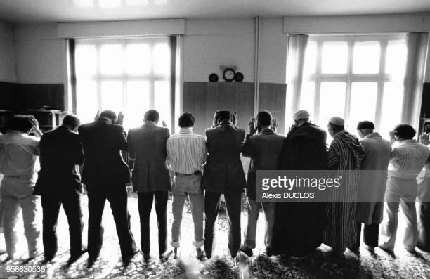 Des musulmans font leur prière dans une mosquée de la rue SaintMaurice en août 1987 à Roubaix France