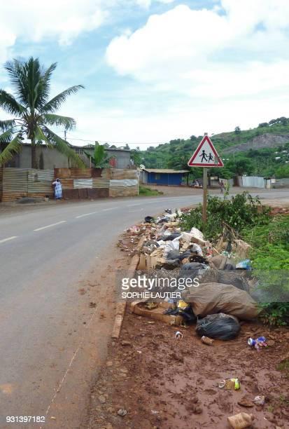 Des ordures sont entreposées le long de la route menant à Mamoudzou le 20 mars 2011 sur GrandeTerre la plus grande île de Mayotte collectivité...