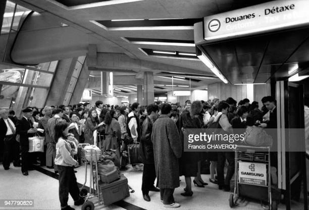 Des passagers faisant la queue pour la détaxe à l'aéroport de Roissy, en France.