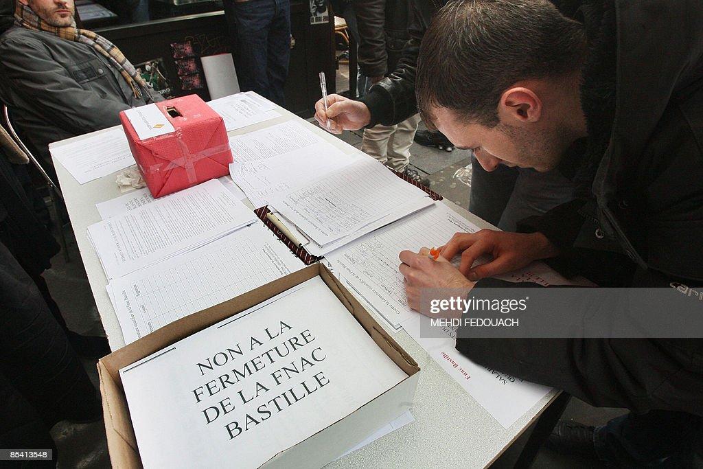 Des passants signent le 13 mars 2009 à P : News Photo