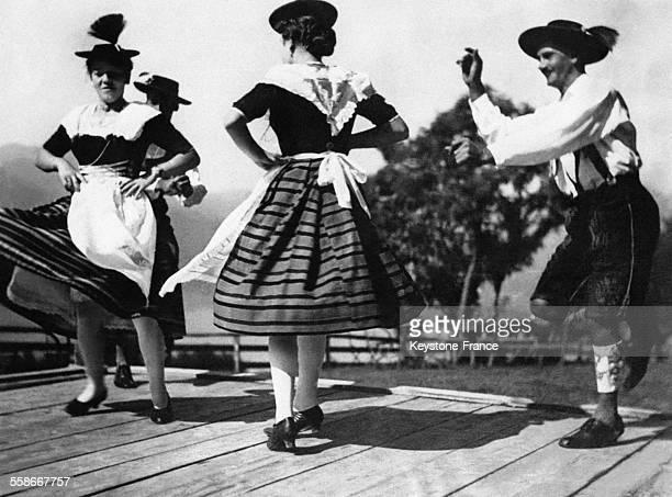 Des paysans bavarois en costume traditionnel effectuent la danse 'Schuhplattler' préférée d'Hitler afin de distraire le Chancelier venu se reposer au...